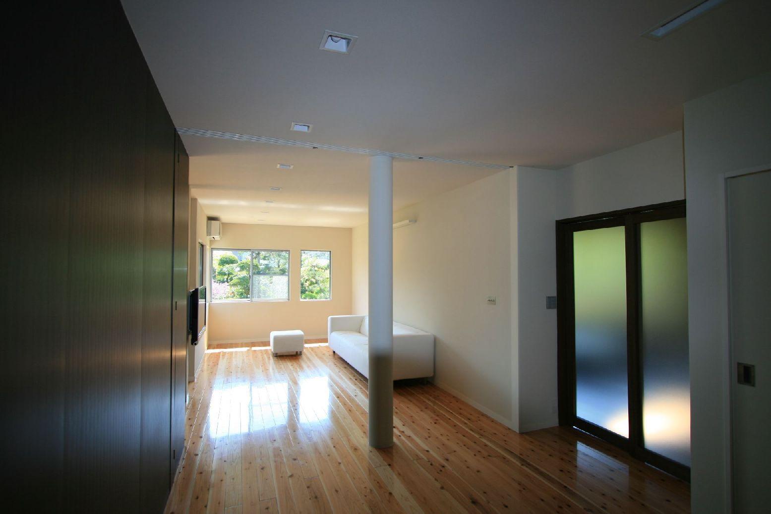 暗かった台所は、壁をなくし南側へ広がる開放的なリビングになりました。 木目調の壁部分の収納を囲むようにリビング、ダイニング、キッチンと回遊性のあるLDKです。 収納の扉から引き出した扉にとって、リビングを2つの空間に分けることもできます。